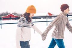 在毛线衣的少年模型在雪在冬日 库存照片