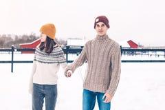 在毛线衣的少年模型在雪在冬日 免版税库存照片