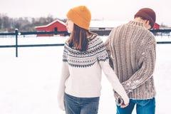 在毛线衣的少年模型在雪在冬日 免版税库存图片