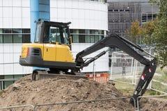 在毛虫轨道的建筑挖掘者 免版税图库摄影