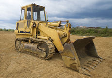 在毛虫轨道的建筑挖掘者 免版税库存图片