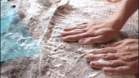 在毡合期间,女孩起泡沫羊毛的获得 影视素材