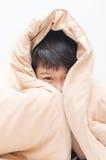 在毯子下的小男孩 免版税库存照片