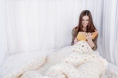 在毯子包裹的女孩 免版税库存图片