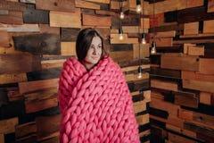在毯子包裹的女孩 免版税库存照片
