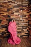 在毯子包裹的女孩 免版税图库摄影