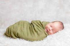在毯子包裹的美丽新出生 库存图片
