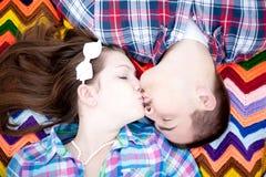 在毯子的一个亲吻 免版税库存图片