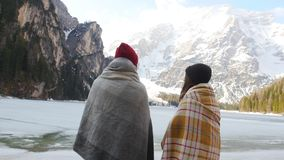 在毯子盖的两年轻女人看山 股票录像