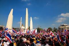 在民主纪念碑的抗议者聚集在曼谷 免版税图库摄影