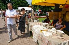 在民间艺术物品的街道贸易。加里宁格勒 免版税库存图片