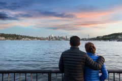 在气体的夫妇观看的日落在西雅图运作公园 免版税图库摄影