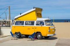 在气凉经典车展的黄色VW combi露营车wagen 库存照片
