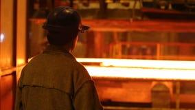 在气割的钢坯 巨大的铁器 股票视频