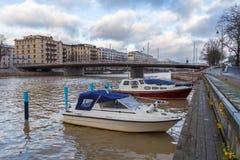 在气氛河的码头的小船在图尔库 免版税库存图片