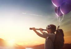 在气球的儿童飞行 免版税库存照片