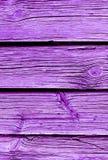 在氢核紫色绘的被风化的木板条 免版税图库摄影