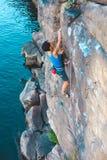 在水上的一个登山人 免版税库存图片