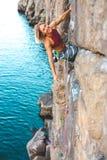 在水上的一个登山人 图库摄影