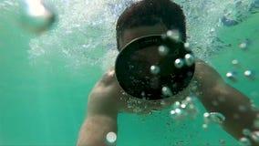 在水下的人下潜在面具和打击气泡GoPro Hero7 影视素材