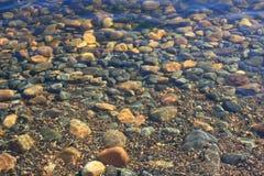 在水下的沿海石头 库存照片