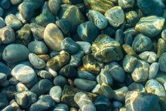 在水下的许多石头 库存照片