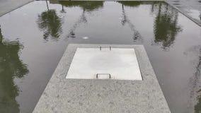 在水中间的入口盖子 影视素材
