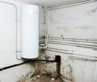 在水之下的地下室加热器 库存照片