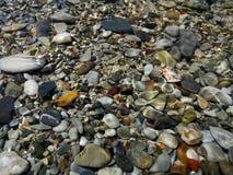 在水之下的小卵石 免版税库存图片