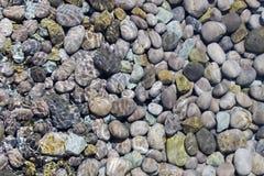 在水之下的小卵石 库存照片