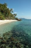 在水之下的海滩岩石 免版税库存照片