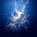 在水之下的球足球 免版税库存照片