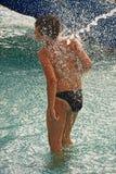 在水之下的男孩喷气机 免版税库存图片
