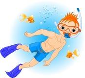 在水之下的男孩游泳 免版税图库摄影