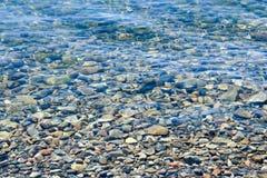 在水之下的石头 库存照片
