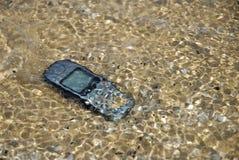 在水之下的移动电话 库存图片