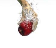 在水之下的苹果红色 免版税库存照片