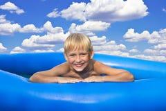 在水之下的蓝色喜悦天空 库存照片