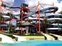 在水公园的五颜六色的水滑道 免版税库存图片