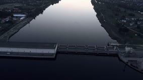 在水力发电站的空中飞行在道加瓦河在平衡的日落的里加 股票视频