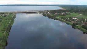 在水力发电站的空中飞行在道加瓦河在里加在晚上 股票录像