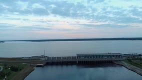在水力发电站的空中飞行在道加瓦河在里加在晚上 股票视频