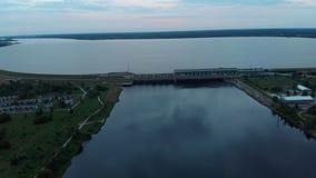 在水力发电站的空中飞行在道加瓦河在里加在晚上 影视素材