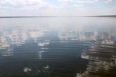 在水反映的天空,离开的海滩湖,夏天天空,自然,蓝色云彩, 库存图片