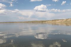 在水反映的天空,离开的海滩湖,夏天天空,自然,蓝色云彩, 图库摄影