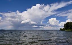 在水反映的明亮的云彩 库存图片