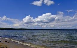 在水反映的明亮的云彩 库存照片