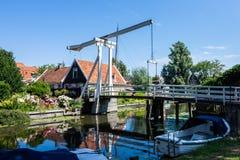 在水反映的精密桥梁 伊顿干酪 荷兰 欧洲 免版税库存图片