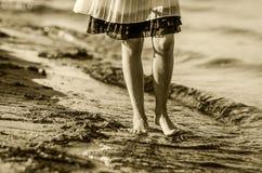 在水和沙子的步态 库存图片