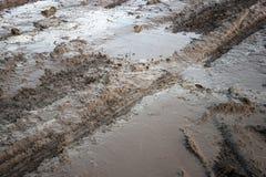 在水坑泥的轮胎轨道 库存照片